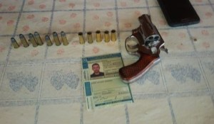 Arma e munição apreendido com acusado Leonildo (foto:Reprodução)