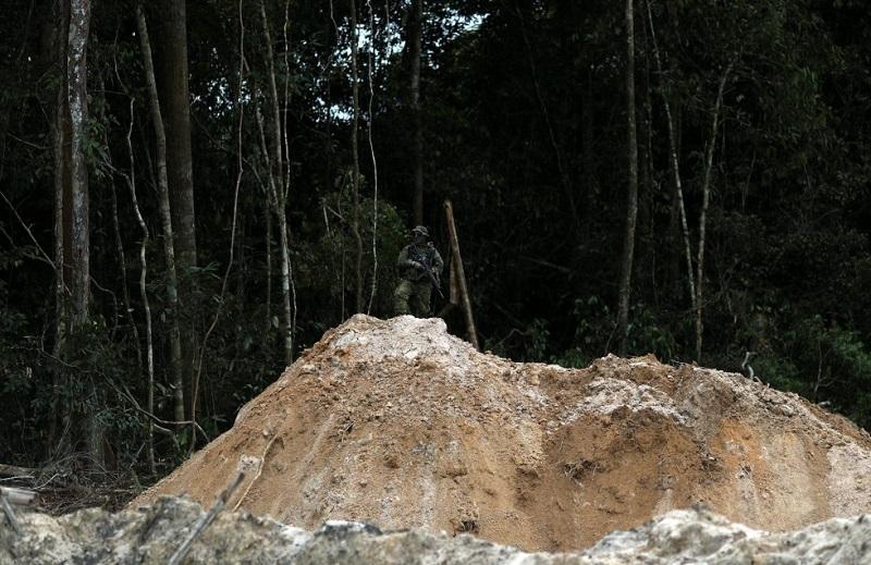Um agente do Ibama inspeciona uma mina de ouro ilegal na Amazônia, em Novo Progresso, no dia 5 de novembro de 2018. RICARDO MORAES REUTERS
