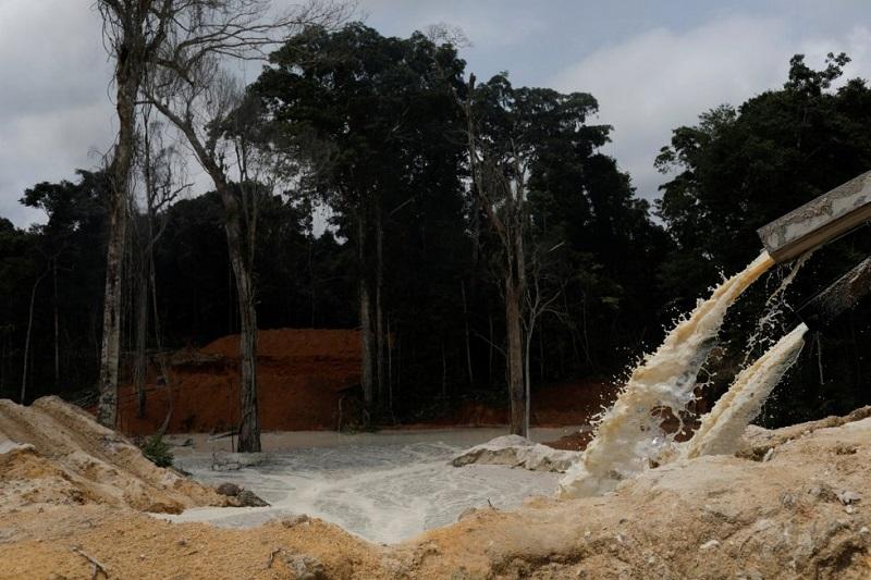 A mineração ilegal polui a água das comunidades locais com mercúrio e contribui para o desmatamento. Na imagem, uma mina de cassiterita ilegal nos parques nacionais de Novo Progresso, realizada durante uma operação do Ibama em 4 de novembro de 2018. RICARDO MORAES REUTERS