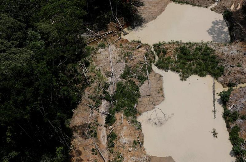 3Somente na Amazônia brasileira, 453 minas ilegais foram classificadas, de acordo com dados publicados pelo Ibama. Na imagem, uma vista aérea de uma das minas de ouro ilegais da floresta amazônica brasileira, nos parques nacionais de Novo Progresso, em 5 de novembro de 2018. RICARDO MORAES REUTERS