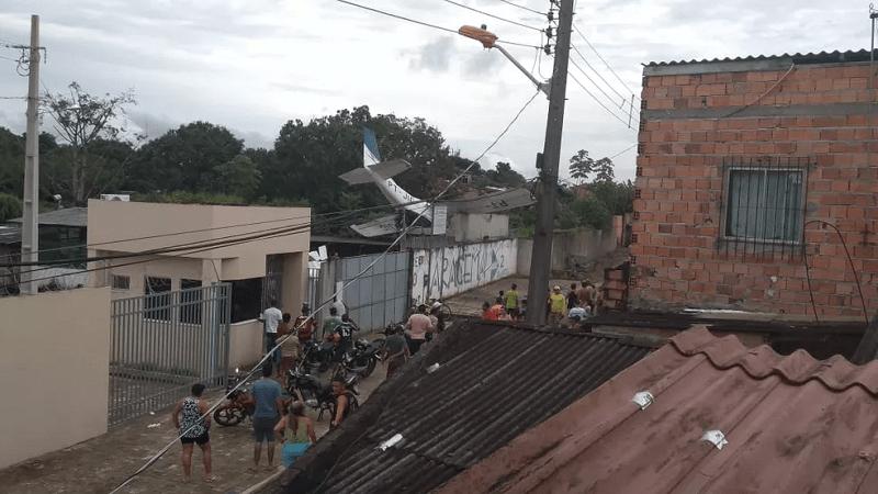 Avião de pequeno porte cai em Belém, nesta quarta-feira (13) — Foto: Reprodução / TV Liberal
