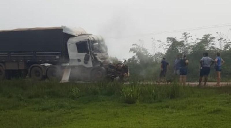 BR-163 – Caminhão x caminhão  batem em Santa Julia