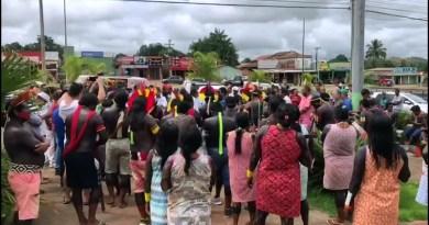 Centenas de índios Kayapó protestam na Prefeitura de Ourilândia do Norte Centenas de índios Kayapó protestam na Prefeitura de Ourilândia do Norte Reprodução/TV Liberal