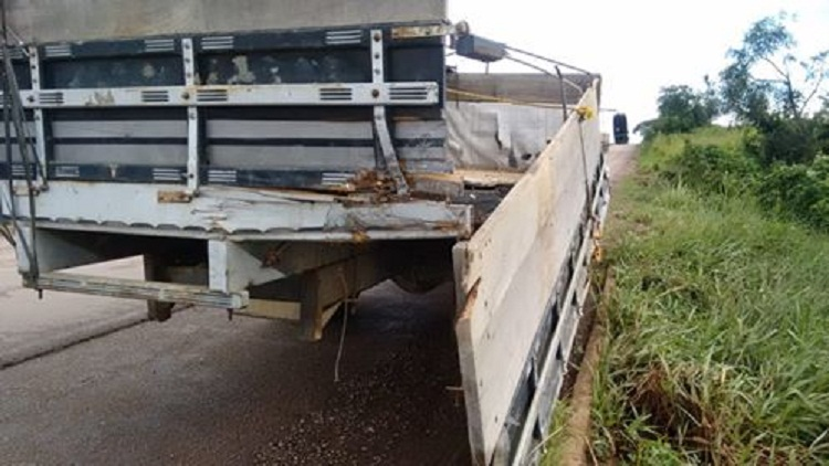 Caminhão envolvido no acidente:(FOto:WhatsApp)