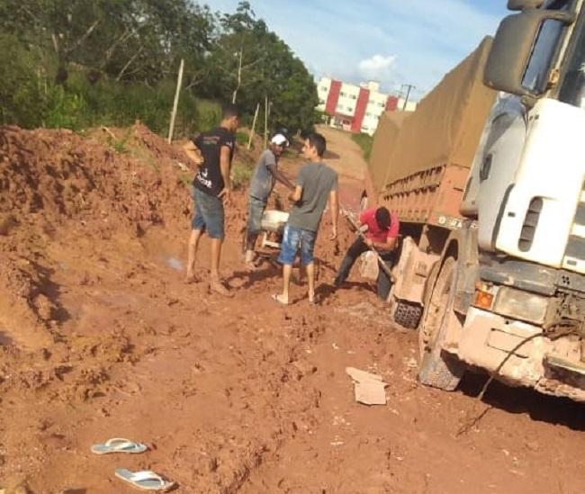 Caminhão atolou na avenida Otavio Onetta (Foto:WhatsApp)