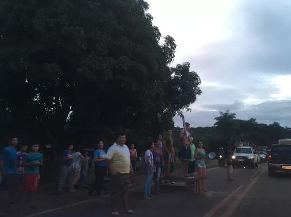 Moradores interditaram BR-163 e querem retirada de venezuelanos que foram abrigados em uma escola do município — Foto: Cissa Loyola/Tv Tapajós