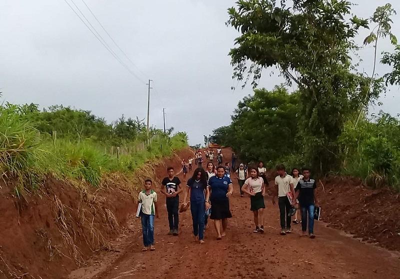 Alunos na estrada que leva à escola pública da comunidade Brasília Legal, em Aveiro, no Pará — Foto: Francisco Ferreira/Arquivo pessoal
