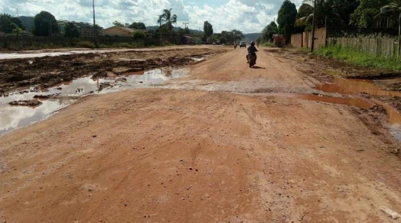 Cano estoura e causa grande vazamento de água e deixa moradores sem água nas torneiras em Novo Progresso