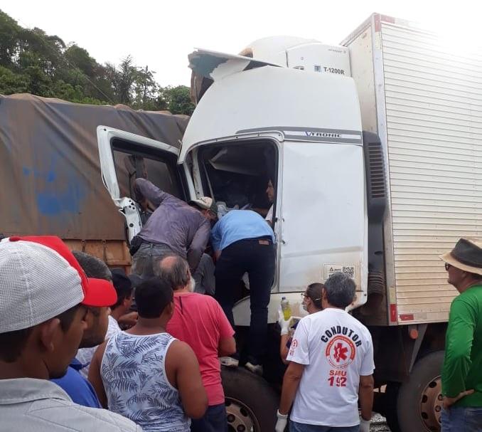 Populares retiraram o motorista meio ferragens(Foto:João Batista)