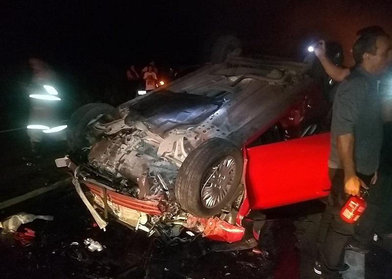 O carro ficou destruído com a batida. — Foto: Reprodução/TV Liberal