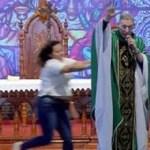 Padre Marcelo Rossi é empurrado de cima do palco durante missa; veja