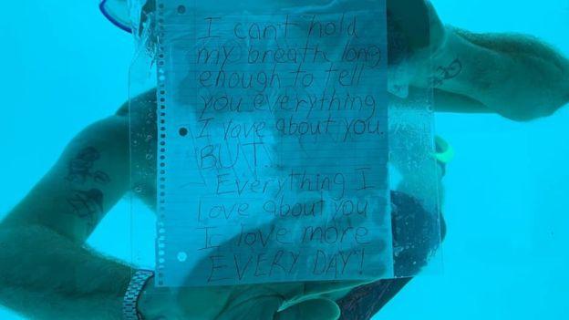 """Weber escreveu """"Não consigo segurar a respiração por tempo o bastante"""" em seu bilhete de pedido de casamento. Foto: Reprodução Facebook"""