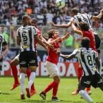 Com dois de Pottker, Internacional bate o Atlético-MG no Independência
