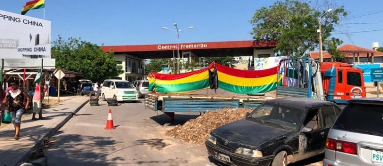 Terra e entulho, carros e caminhões, impedem o tráfego de veículos na faixa fronteiriça(Foto:Diário orumbaense)