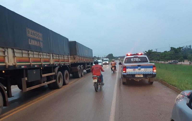 O transito na rodovia ficou congestionado e foi coordenado pela Policia Militar.