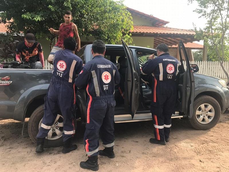 Socorristas do Samu foram para praia de Pindobal para prestar socorro ao piloto do avião — Foto: Kamila Andrade/G1