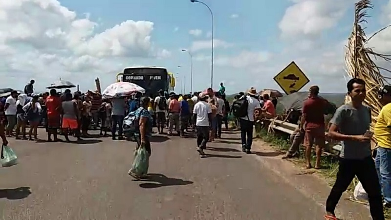 Manifestantes protestam na PA-263, entre Breu Branco e Tucuruí, no Pará. — Foto: Reprodução / Apovo