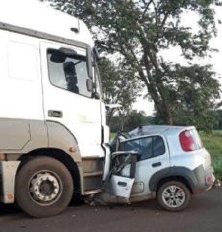 O Fiat Uno ficou destruído.(Foto:Reprodução)
