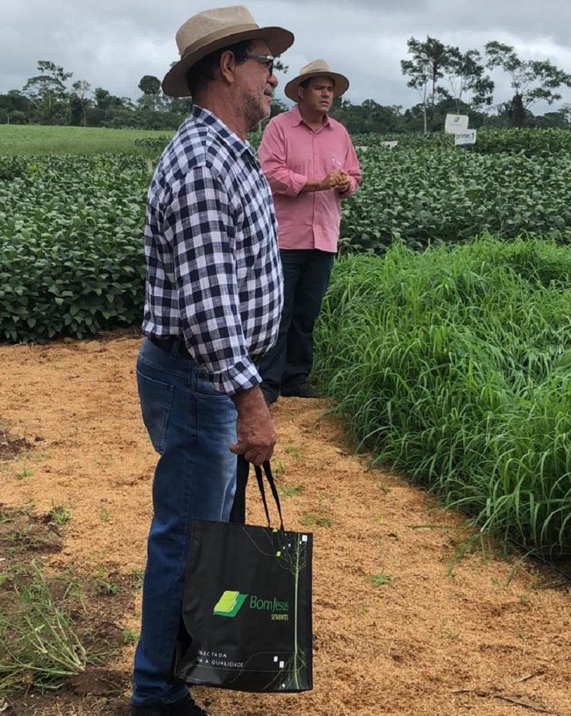 produtores rurais  contaram com uma programação diferente neste sabado .11. Variedades de Pastagens e de soja foram presentadas.