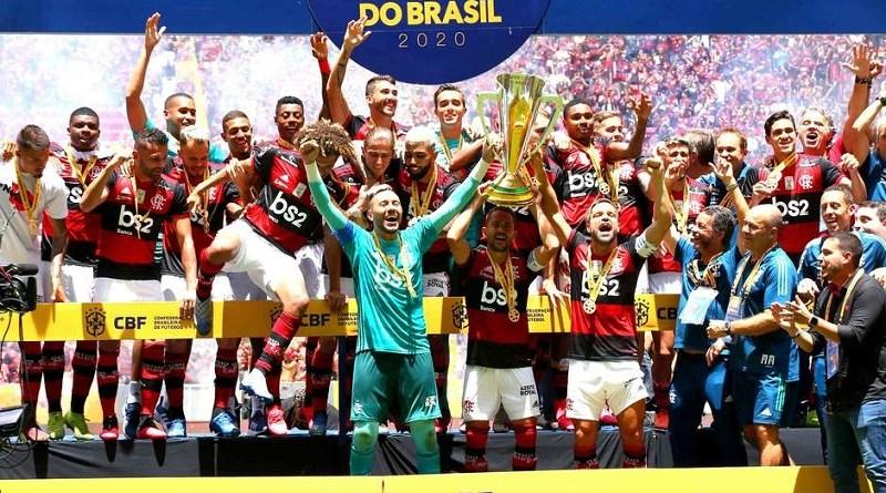Flamengo levanta a taça de campeão da Supercopa. Foto: Alex Farias / PhotoPress / Estadão Conteúdo