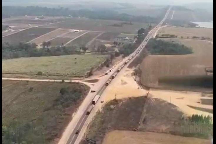 Fila de caminhões parados ultrapassa os 10 km no primeiro dia de Bloqueio. (Foto:Reprodução)