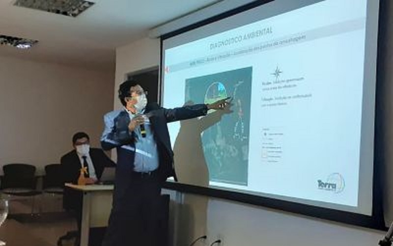 Representante da empresa Chapleau Extração Mineral expondo o projeto de mineração