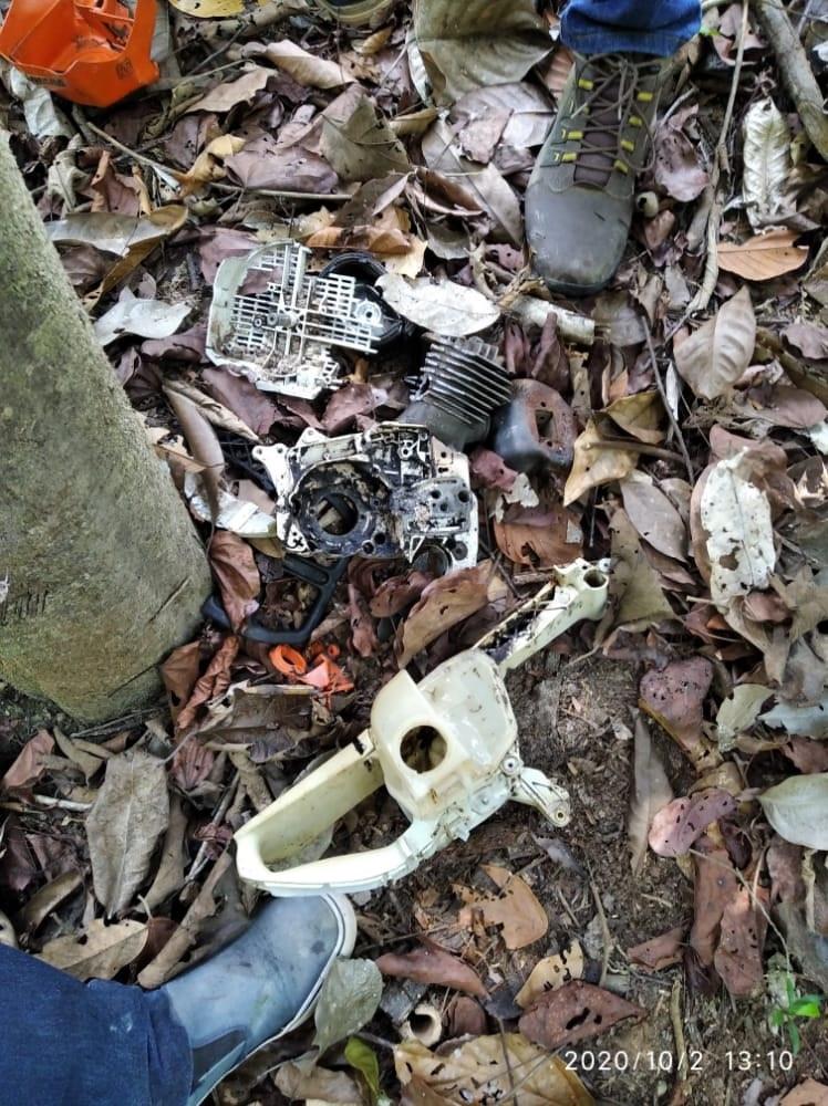 Carcaças de Motosserras encontradas no local do desmatamento.