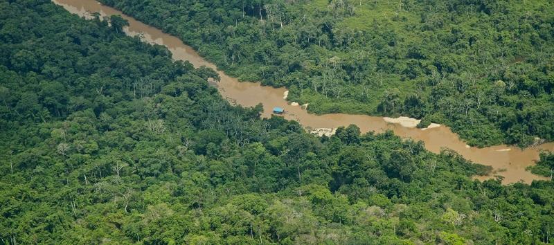 Balsa usada por garimpeiros em terra kayapó. (Foto:Divulgação)