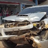 Funcionário de lava jato pega carro de cliente e colide na traseira de caçamba