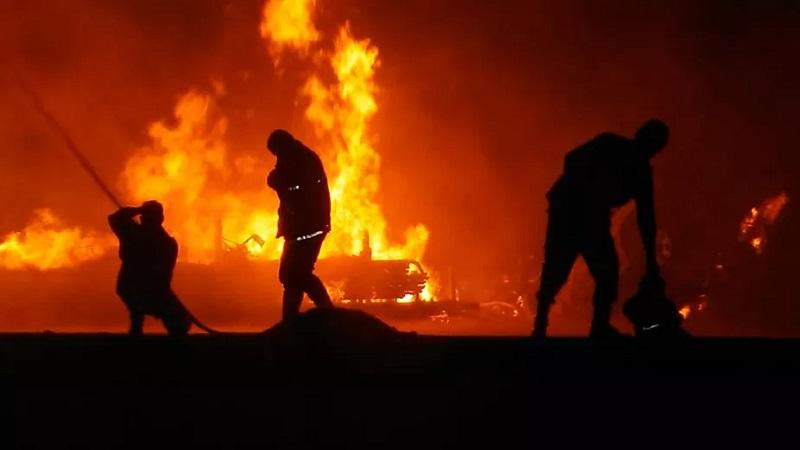 Caminhonete e destroços das embarcações no porto de Oriximiná, no PA — Foto: Celso Pinheiro/Brigada de Incêndio