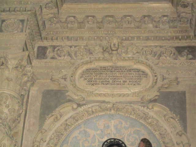 Casarano, Chiesa Maria SS. Annunziata, Altare di S. Antonio, part. epigrafe dopo il restauro (ph Maura Lucia Sorrone)