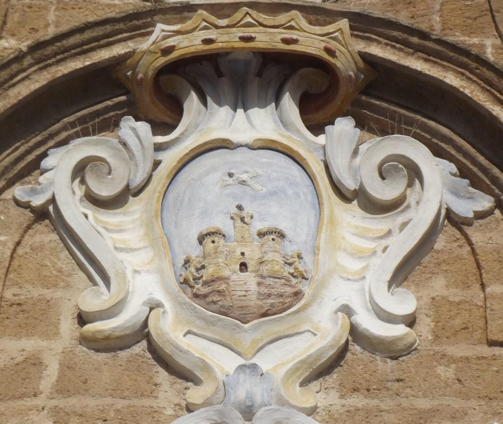 Fig. 5. Oria, facciata del Sedile, stemma civico (XVIII sec.).