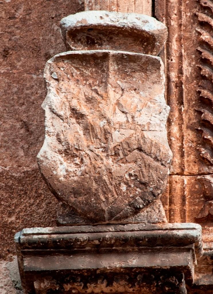 Fig. 4 - Manduria, Chiesa Matrice, particolare del primo stemma della coppia superiore, recante il partito Bonifacio/Cicara (foto di Giuseppe D'Angeli)