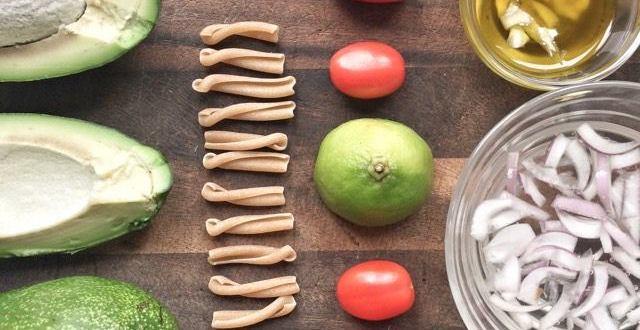 Ricetta vegana: pasta con avocado e pomodorini