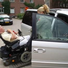 """2006 Marja & """"Stiffman"""" som backar ur sin bil."""