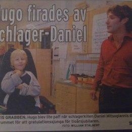 2008. Hugo i tidningen Folket. Daniel & Bruno Mitsogiannis sjunger för Hugo och hans klasskamrater i klassrummet när han fyller 10år .