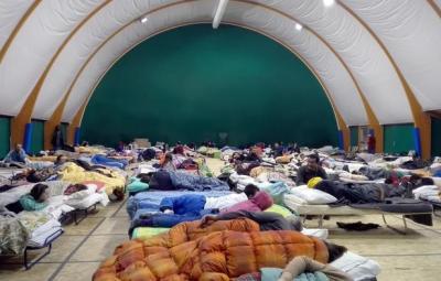 La palestra di Montereale (L'Aquila) trasformata in dormitorio per gli abitanti della zona dopo le scosse di terremoto di ieri, 19 gennaio 2017. ANSA/