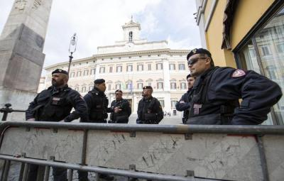 Controlli preventivi prima delle manifestazioni di sabato, 23 marzo 2017 a Roma. ANSA/MASSIMO PERCOSSI