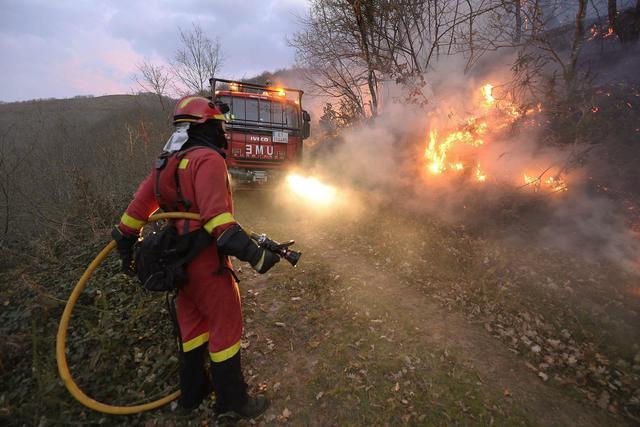 epa05082089 Firefighters work to extinguish a forest fire in Barcena Mayor in Cantabria, northern Spain, 28 December 2015. Over 80 forest fires are active in Cantabria.  EPA/PEDRO PUENTE HOYOS