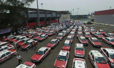 Anuncia Héctor Yunes Landa apoyos y entrega de créditos para vivienda a taxistas