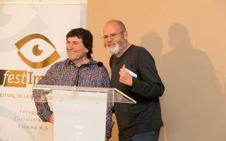El fotógrafo Jesús Coll, acompañado del comisario de la exposición, Quim Botey