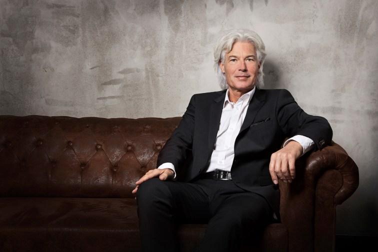 Bewerbungsfotos zur Präsentation von Herrn Ascheberg auf Sofa im Fotostudio.