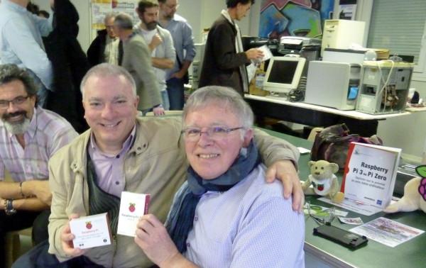 Remise du Kit de démarrage Raspberry Pi à José SISA, gagnant du tirage au sort