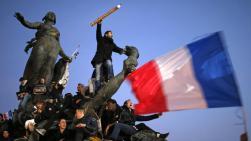 """Après la dispersion du cortège, de nombreux participants sont restés sur différentes places parisiennes, comme ici, place de la Nation, où a été prise cette photo vite baptisée """"Le crayon guidant le peuple"""" sur les réseaux sociaux, le 11 janvier 2015."""