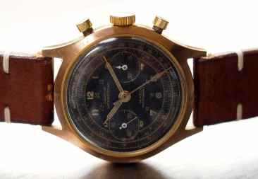 The entire design of the Jardur 850 reminds me of some other vintage era chronographs such as the Gallet Multichron 12