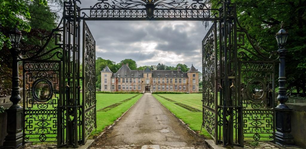 Sto dní života na zámku: Začátek a část první