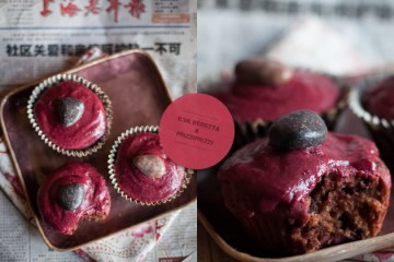 Cupcakes alla barbabietola e cioccolato con glassa rossa alla cannella