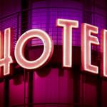 hotel leuchtschrift im miami vice style