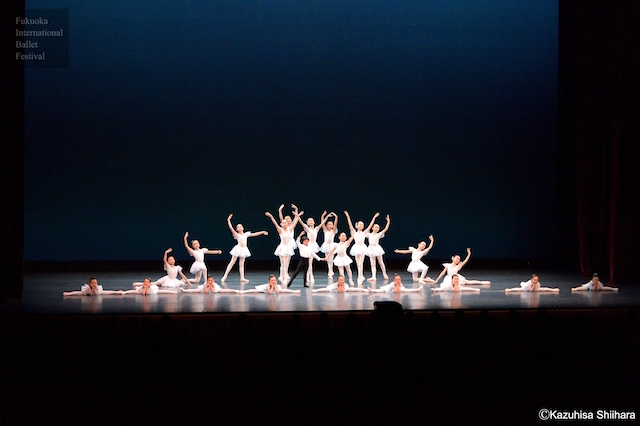 Dancers from Minokami Mayumi Ballet Studio and Sakamoto Ballet Studio open the show with a charming performance.