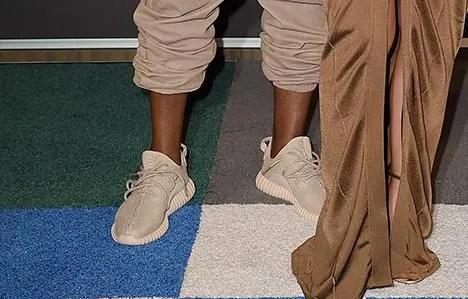 カニエ ウェストがMTVで着用!YEEZY 350 BOOST LOW ベージュ!アディダス × カニエ ウェストのコラボスニーカー「イージー ブースト」 (adidas Kanye West BEIGE)